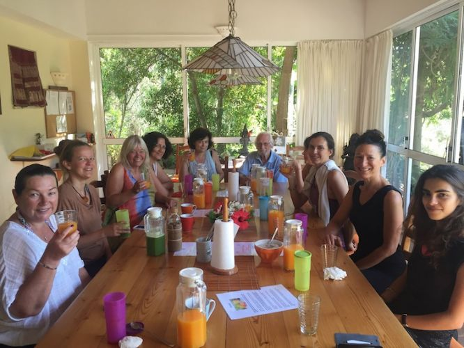 juice fasting retreat group at table